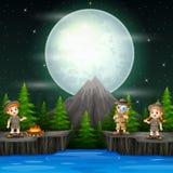 Trois enfants d'explorateur avec le feu de camp dans la scène de nuit illustration de vecteur