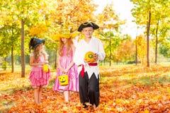 Trois enfants dans des costumes de Halloween ensemble Photo libre de droits