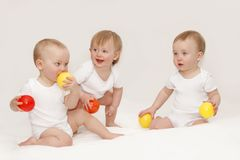 Trois enfants dans des T-shirts blancs sur un fond blanc images libres de droits