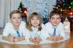 Trois enfants, enfants de mêmes parents, ayant leur portrait de Noël photo libre de droits