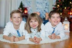 Trois enfants, enfants de mêmes parents, ayant leur portrait de Noël photographie stock libre de droits