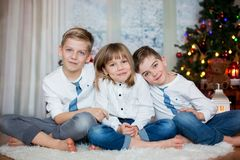 Trois enfants, enfants de mêmes parents, ayant leur portrait de Noël photos stock