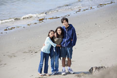 Trois enfants de mêmes parents ensemble sur la plage Image stock
