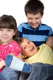 Trois enfants de mêmes parents jouant à la maison Photographie stock