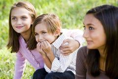 Trois enfants de mêmes parents proches ensemble à l'extérieur photographie stock libre de droits