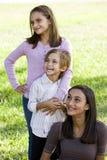 Trois enfants de mêmes parents proches ensemble à l'extérieur photo stock