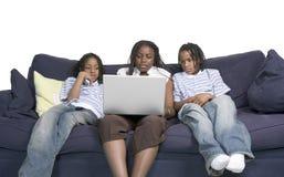 Trois enfants de mêmes parents sur l'ordinateur images libres de droits