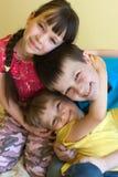 Trois enfants en bas âge heureux Image stock