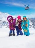 Trois enfants ensemble dans la station de sports d'hiver Images stock