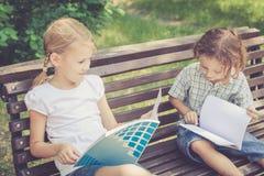 Trois enfants heureux jouant en parc Photographie stock libre de droits