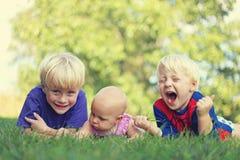 Trois enfants idiots détendant dehors Photographie stock