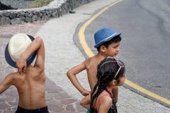 Trois enfants jouant sur un chariot images libres de droits