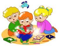 Trois enfants lisant un livre magique illustration de vecteur