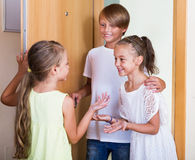 Trois enfants se tenant à l'entrée de maison Images stock