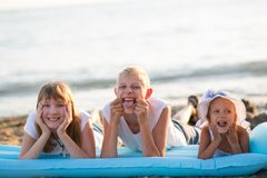 Trois enfants sur la plage image libre de droits