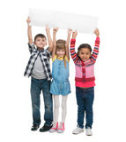 Trois enfants tenant la feuille de papier vide Image stock