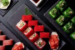 Trois ensembles de petits pains de sushi avec le wasabi et la sauce de soja image stock