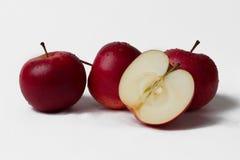 Trois et demi pommes rouges Photo libre de droits