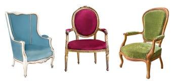 Trois fauteuils magnifiques de cru d'isolement sur le fond blanc Chaises avec la tapisserie d'ameublement bleue, rouge et verte photos libres de droits