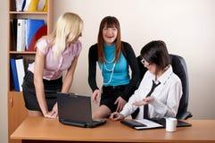 Trois femelles avec du charme au bureau Photographie stock