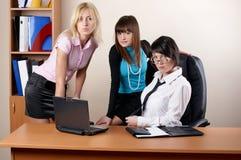Trois femelles avec du charme au bureau Images libres de droits