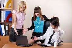 Trois femelles avec du charme au bureau Images stock