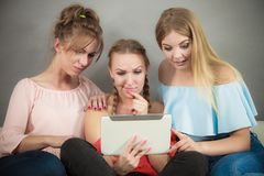 Trois femmes à l'aide du comprimé Photographie stock