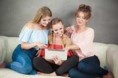 Trois femmes à l'aide du comprimé Photos libres de droits