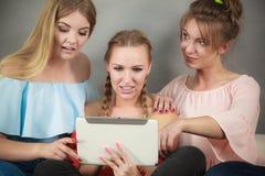 Trois femmes à l'aide du comprimé Photo libre de droits
