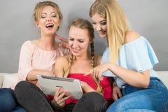 Trois femmes à l'aide du comprimé Images libres de droits