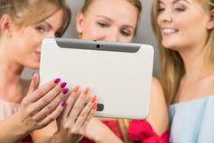 Trois femmes à l'aide du comprimé Photos stock