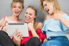 Trois femmes à l'aide du comprimé Image libre de droits