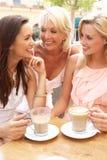 Trois femmes appréciant la cuvette de café Photos stock