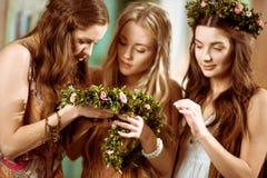 Trois femmes avec des guirlandes Photographie stock