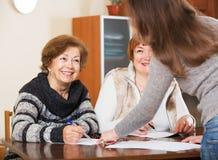 Trois femmes avec des papiers Images stock