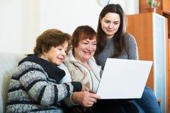 Trois femmes avec l'ordinateur portable Photographie stock libre de droits