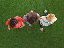 Trois femmes avec les pieds nus se tenant dans l'herbe Images libres de droits