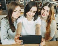 Trois femmes ayant l'amusement prenant le selfie ensemble Photo stock