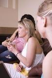 Trois femmes ayant une vie sociale à la maison Images stock