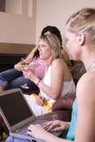 Trois femmes ayant une vie sociale à la maison Photos stock