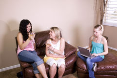 Trois femmes ayant une vie sociale à la maison Photographie stock libre de droits