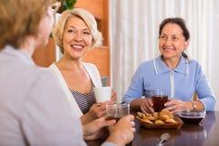 Trois femmes buvant du thé Image libre de droits