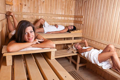Trois femmes détendant un sauna chaud Photographie stock libre de droits