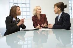Trois femmes d'affaires lors du contact photographie stock libre de droits
