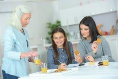 Trois femmes de générations Photo stock