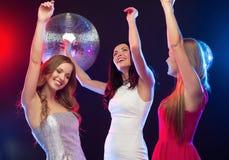 Trois femmes de sourire dansant dans le club Photo libre de droits