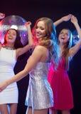 Trois femmes de sourire dansant dans le club Photo stock