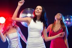 Trois femmes de sourire dansant dans le club Photographie stock libre de droits