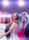 Trois femmes de sourire dansant dans le club Photos libres de droits
