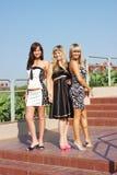 Trois femmes en stationnement d'été Photos stock